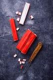 Surimi en het mes van krabstokken Stock Fotografie