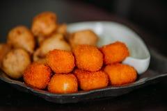 Surimi-Krabben-Greifer und zerschlagene Fischsnäcke mit Bad sauce Lizenzfreies Stockbild