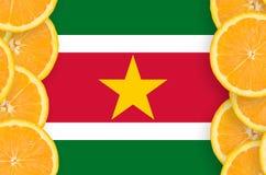 Surinam flagga i vertikal ram för citrusfruktskivor arkivbild