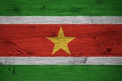 Surinam nationsflagga målat gammalt ekträ Arkivfoton