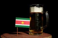 Suriname flaga z piwnym kubkiem na czerni Zdjęcia Royalty Free