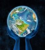 Suriname op aarde in handen Royalty-vrije Stock Afbeeldingen