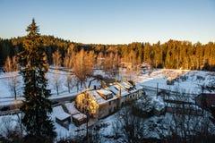 surise d'hiver au-dessus des champs de campagne et forêt dans le froid images stock