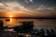 Surise sobre o Rio Amazonas imagem de stock