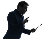 Силуэт бизнесмена цифровой surisped таблеткой сотрясенный Стоковые Фотографии RF