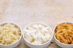 Surkål, kimchi och yoghurt arkivfoto