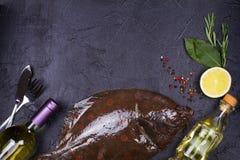 Surowa świeża ryba, białego wina butelka, cytryna i ziele na szarość, drylujemy tekstury tło Widok od above, odgórny studio strza Obrazy Royalty Free