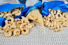 surowa adry pasta na łozinowym płótnie na stole Odgórny widok fotografia stock