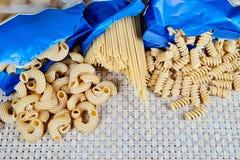 surowa adry pasta na łozinowym płótnie na stole Odgórny widok zdjęcia stock