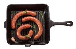 Surowa domowej roboty kiełbasa dla piec na grillu w niecce Odizolowywający na bielu obraz royalty free
