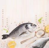 Surowa dorado ryba z cytryną, pikantność i solą w łyżce na białym drewnianym tle, jedzenie rama zdjęcie royalty free
