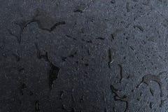 Surowa i szorstka czarna granitowa cegiełka mokra z wodą Krople i łata zdjęcia stock