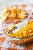 Surowa myjąca jagła, ryż, rodzynki i bania w szklanej niecce w trakcie kucharstwa, doimy dyniową owsiankę obraz royalty free