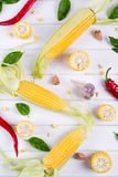 Surowa Organicznie Żółta kukurudza na Cob Przygotowywającym piec na grillu z gorącego chili pieprzu ziele i czosnkiem Meksykańska Obraz Royalty Free