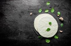 Surowa pizza Staczający się za round cieście z szpinakami i czosnkiem obrazy royalty free
