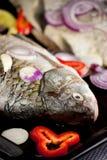 Surowa ryba z cebuli i pieprzu plasterkami zdjęcia stock