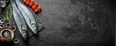 Surowa ryba z pikantność, czereśniowymi pomidorami i siekać cebulami, zdjęcia stock