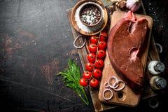 Surowa wątróbka na tacy z pikantność, czereśniowymi pomidorami i koperem, zdjęcie royalty free