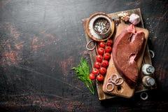 Surowa wątróbka na tacy z pikantność, czereśniowymi pomidorami i koperem, obrazy royalty free