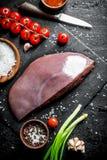 Surowa wątróbka z czereśniowymi pomidorami i pikantność obraz royalty free