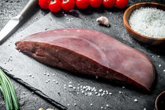 Surowa wątróbka z czereśniowymi pomidorami i pikantność zdjęcie royalty free