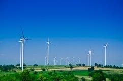 Surowa władzy energia Silniki wiatrowi produkować elektryczność Fotografia Stock