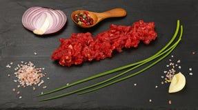Surowa wołowina minced mięso i pikantność na czerni wsiadają obrazy royalty free