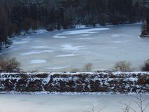 surowa zima Zamarznięty jezioro, staw, rzeka Bezlistni drzewa Marznięcia prognoza pogody zdjęcie stock