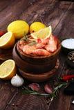Surowe świeże krewetki Langostino Austral krewetkowy owoce morza z cytryną a Zdjęcia Royalty Free