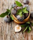 Surowe figi w drewnianym pucharze, selekcyjna ostrość zdjęcia stock