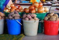 Surowe grule i cebule w pails na stole w rynku zdjęcie royalty free