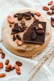 Surowe kakaowe cacao fasole, czarna czekolada na brown grabić, odgórny v Zdjęcie Royalty Free