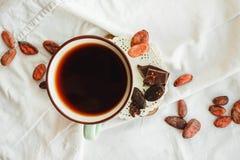 Surowe kakaowe cacao fasole, czarna czekolada na brown grabić, odgórny v Obraz Royalty Free