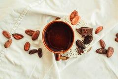Surowe kakaowe cacao fasole, czarna czekolada na brown grabić, odgórny v Fotografia Royalty Free