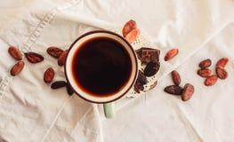 Surowe kakaowe cacao fasole, czarna czekolada na brown grabić, odgórny v Zdjęcia Royalty Free