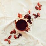 Surowe kakaowe cacao fasole, czarna czekolada na brown grabić, odgórny v Obraz Stock