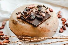 Surowe kakaowe cacao fasole, czarna czekolada na brown grabić, odgórny v Fotografia Stock