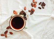 Surowe kakaowe cacao fasole, czarna czekolada na brown grabić, odgórny v Zdjęcia Stock
