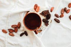 Surowe kakaowe cacao fasole, czarna czekolada na brown grabić, odgórny v Zdjęcie Stock