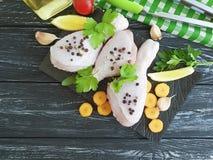 Surowe kurczak nogi, pietruszka, świeżość pikantność przepisu przygotowania deski drewniany tło obrazy stock