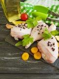 Surowe kurczak nogi, pietruszka, świeżość pikantność przepisu przygotowania kulinarnej deski drewniany tło zdjęcie stock