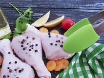 Surowe kurczak nogi, pietruszka, świeżość pikantność wsiadają drewnianego tło obraz stock