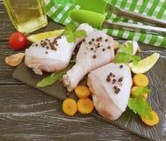 Surowe kurczak nogi, pietruszka składnik, świeżość pikantność przepisu przygotowania kulinarnej deski drewniany tło fotografia stock