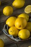 Surowe Organicznie Żółte cytryny Zdjęcia Stock