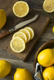 Surowe Organicznie Żółte cytryny Fotografia Stock