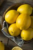 Surowe Organicznie Żółte cytryny Zdjęcie Stock