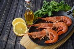 Surowego świeżego krewetki langostino austral krewetkowy owoce morza z cytryną obrazy royalty free