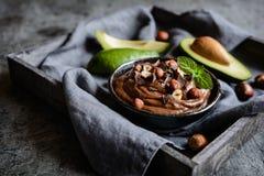 Surowego avocado czekoladowy mousse z hazelnuts Obrazy Royalty Free