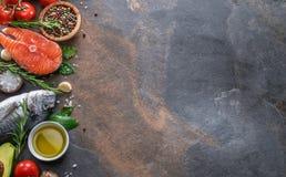 Surowego dorado rybi, łososiowy stek z i wsiada obrazy stock