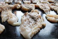 Surowego kurczaka polędwicowi kotleciki w kuchni obraz royalty free